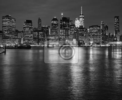 Manhattan Skyline odzwierciedlenie w East River w nocy, Nowy Jork, USA.