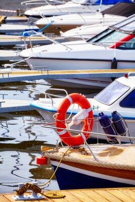 Marina z cumującymi jachtami i motorboats, selekcyjna ostrość.