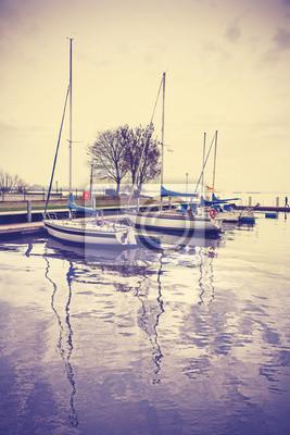 Marina z jachtów o zachodzie słońca, retro rocznika efekt.