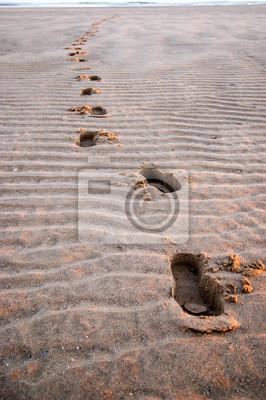 Marki ślady stóp na piasku plaży
