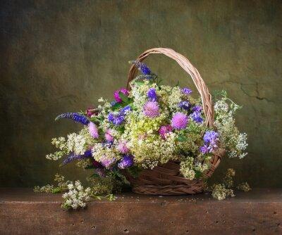 Obraz Martwa natura z dzikich kwiatów w koszu