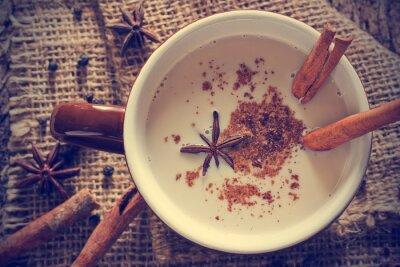 Obraz masala chai herbaty z przyprawami i anyż, cynamon trzyma