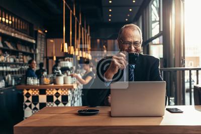 Obraz Męski przedsiębiorca przy sklep z kawą