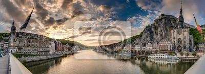 Obraz Meuse rzeka przejazdem Dinant, Belgia.