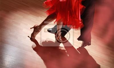 Obraz Mężczyzna i kobieta tańczy salsę w ciemności