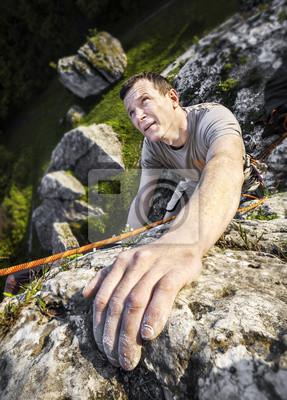 Mężczyzna wspina naturalne skaliste ściany.