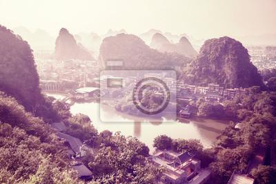 Miasto Guilin w otoczeniu krasowych formacji, kolor stonowany obraz, Chiny.