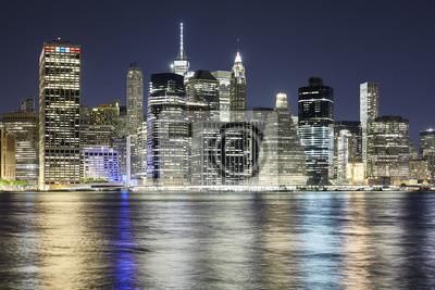 Miasto Nowy Jork linia horyzontu odbijał w Wschodniej rzece przy nocą, usa.