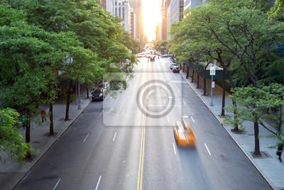 Miasto Nowy Jork taxi mknięcia puszka 42nd ulica w środku miasta Manhattan z zmierzchem w tle