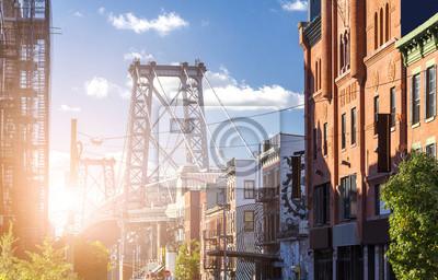 Miasto Nowy Jork uliczna scena z światła słonecznego jaśnieniem na Williamsburg moscie w Brooklyn