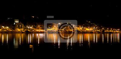 Miasto z portu w nocy