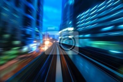 Miejskie handluje Nocny widok na zmierzchu. Skoncentruj się na drodze.