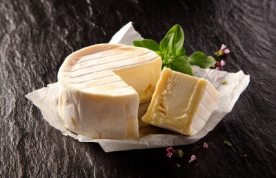 Obraz Miękki ser z Cut Wedge i świeżą bazylią