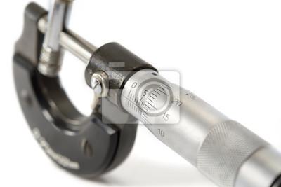 Mikrometr / Używane i brudne mikrometrów, urządzenie służące do malutkich pomiarów na białym tle. wybierz nacisk na numeryczna.