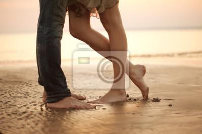 Obraz Miłości młoda para przytulanie i całowanie się na plaży. Kochankowie m