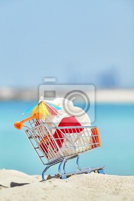 Miniaturowy wózek na zakupy z plastikowym śmieci opuszczającym turystą na tropikalnej plaży, zanieczyszczenia środowiska pojęcia obrazek, selekcyjna ostrość.