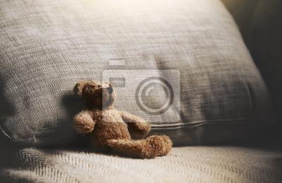 Obraz Miś siedzi w dół na kanapie w retro filtrze, Samotny miś siedzi samotnie na kanapie w salonie w nocy, Samotny koncepcja, Zagubione dziecko, Międzynarodowy zaginiony dzień dziecka.