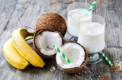 Obraz Mleko kokosowe koktajl napój z bananów na tle drewniane
