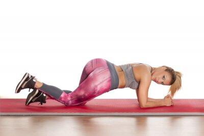 Obraz Młoda kobieta athletic, stwarzających na podłodze