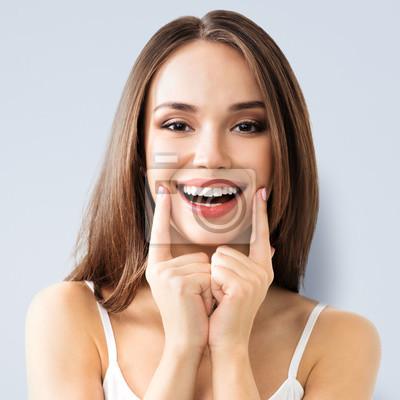 Obraz Młoda kobieta pokazano uśmiechu
