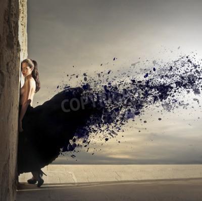 Obraz Młoda kobieta z pięknym czarnej sukience