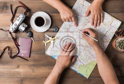 Obraz Młoda para planowania podróż urlop na mapie. Widok z góry.