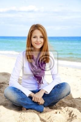 Młoda piękna dziewczyna na plaży.