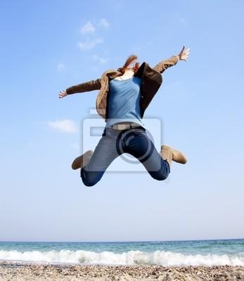 Młoda piękna dziewczyna skoków na plaży.