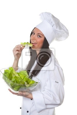 Młoda wesoła kucharz z sałatką