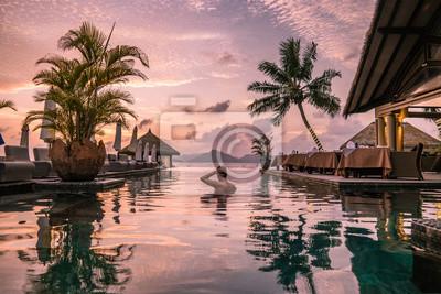 Obraz młody człowiek na plaży podczas wakacji na tropikalnych wyspach Seszeli