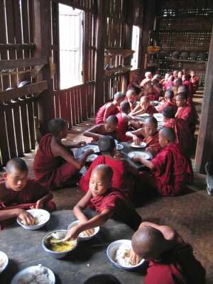 Obraz Młody mnich jeść razem w świątyni, myanmar