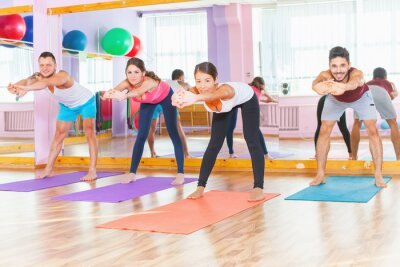 Obraz Młodzi ludzie prowadzić zdrowy styl życia, ćwiczenia w siłowni
