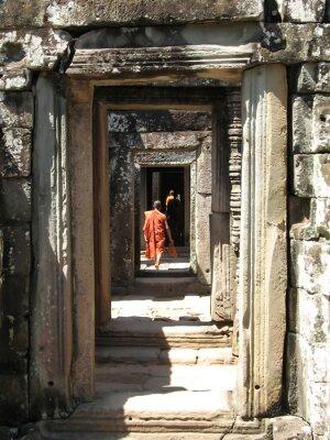Obraz Mnisi chodzić po korytarzach w bantaey Kdei ,