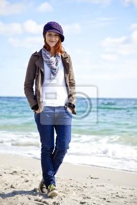 Moda młodych kobiet na plaży w słoneczny dzień.