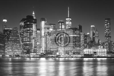 Monochromatyczny obraz panoramę Manhattanu w nocy.