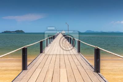 most drewniany na pięknej plaży w słoneczny dzień