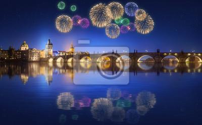Most Karola i piękne fajerwerki w Pradze w nocy