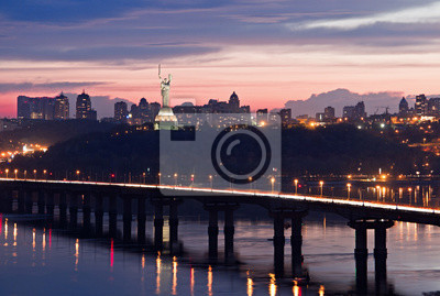 """Most Paton w wieczór. Panoramę miasta z """"Pomnik Ojczyzny"""". Kijów, Ukraina. Kijów, Ukraina"""