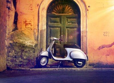 Obraz Motorroller Roller nachts vor Haustür Włochy - włoski skuter w przedniej części drzwi