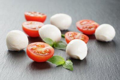 Obraz mozzarella kulki z pomidorami i bazylią