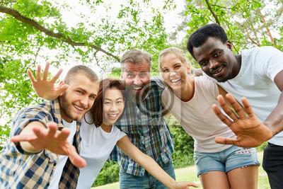 Obraz multikulturelle Gruppe Studenten beim Winken