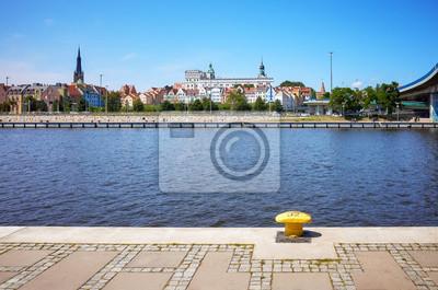 Nabrzeża Szczecina z widoczną katedrą i zamkiem Książąt Pomorskich w Polsce.