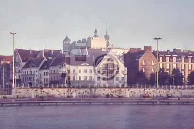 Nabrzeże miasta Szczecin w mglisty poranek, zastosowano tonację kolorów, Polska.
