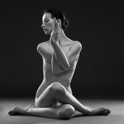 Obraz Naga joga. Beautiful sexy ciało młodej kobiety na szarym tle