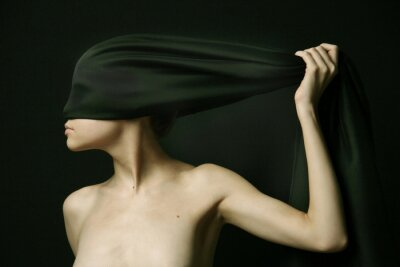Obraz Naga kobieta z czarnym bandażem