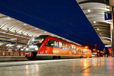 Obraz Nahverkehrszug am Bahnhof Kaiserslautern bei Nacht