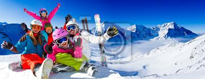 Obraz Narciarstwo, panorama - rodzina cieszy zimowy urlop