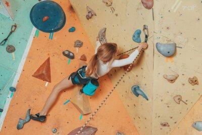 Obraz Nastolatek wspinaczki dziewczyna w siłowni