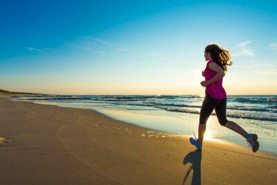 Obraz Nastoletnie dziewczyny bieganie, skakanie na plaży