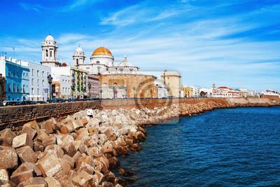 Nasyp wzdłuż morza i starym hiszpańskim mieście